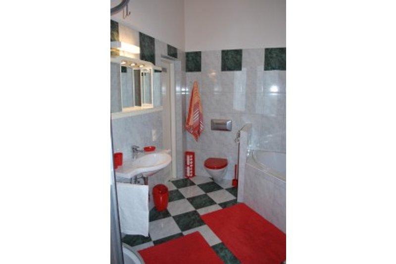 Badezimmer mit Eckbadewanne, Dusche, Waschmaschine