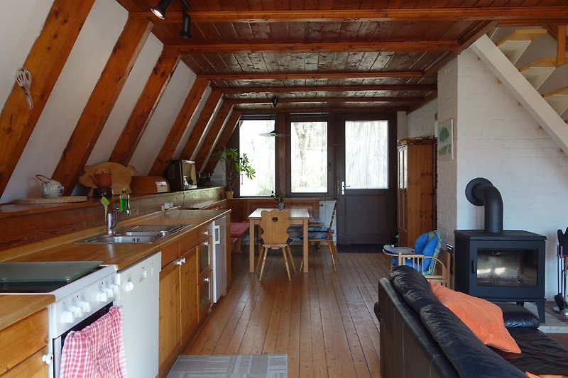 Wohnraum mit Küchenzeile u. Kaminofen
