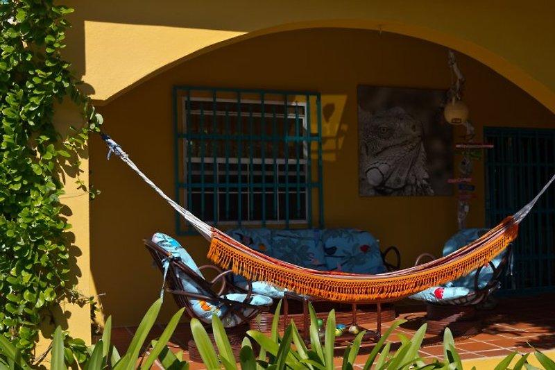 Schöne gartenseitige Terrasse - die Hängematte darf nicht fehlen!