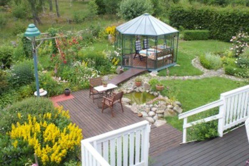 Geschützter Sitzplatz mit Gartenpavillon