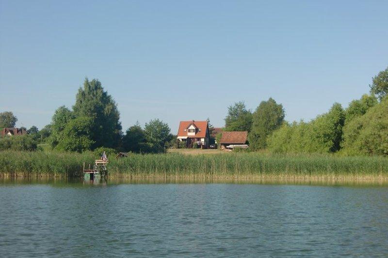 Das Ferienhaus liegt auf einem 6000 qm großem Seegrundstück