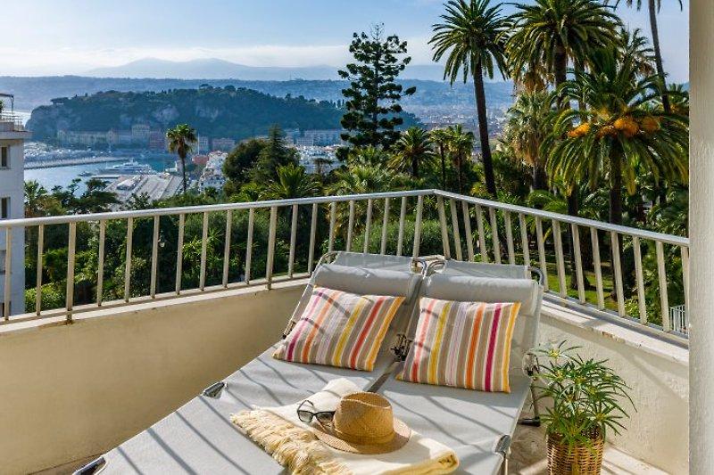 ... Balkon über den Dächern von Nizza