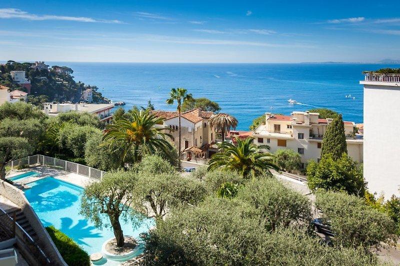 Blick vom Balkon auf hauseigenen Pool und zum Meer
