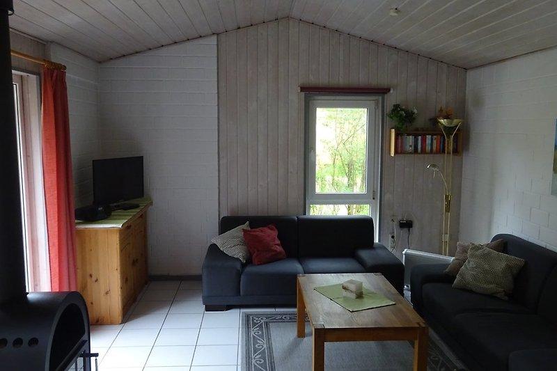 Geräumiges Wohnzimmer mit Fußbodenheizung und Kaminofen