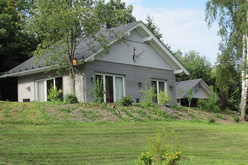 Das Haus liegt auf 3500 qm Grundstück direkt am Waldrand