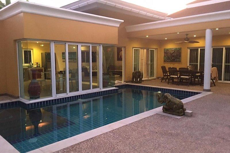 Abendstimmung Pool und Haus
