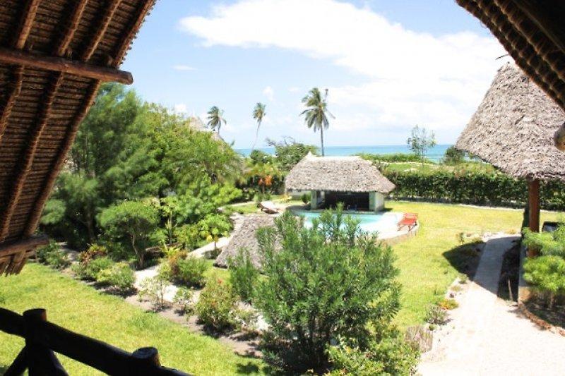 Luftbild auf Coast Sun Gardens Cottage, Villa Buffalo rechts