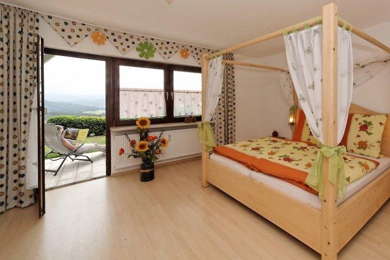 Romantisches Schmetterlingszimmer mit Himmelbett