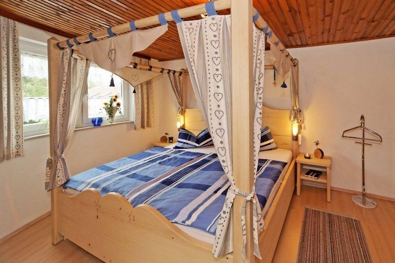 Romantisches Schlafzimmer Herzerlzimmer mit Himmelbett