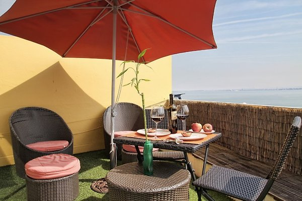 Terrasse mit Panoramablick und Gartenmöbeln, ideal für Mahlzeiten im Freien