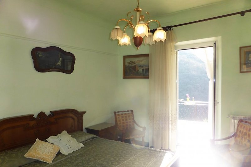 Schlafzimmer mit einem Doppelbett