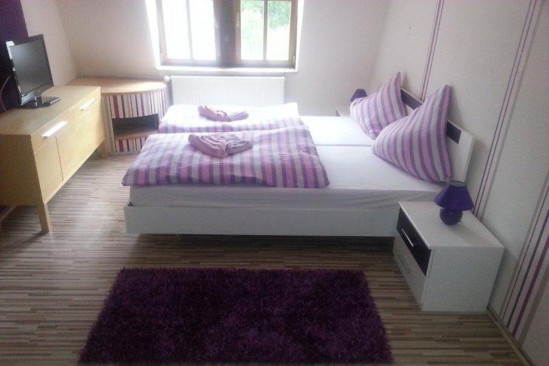 Schlafzimmer im OG mit Doppelbett und Einzelbett