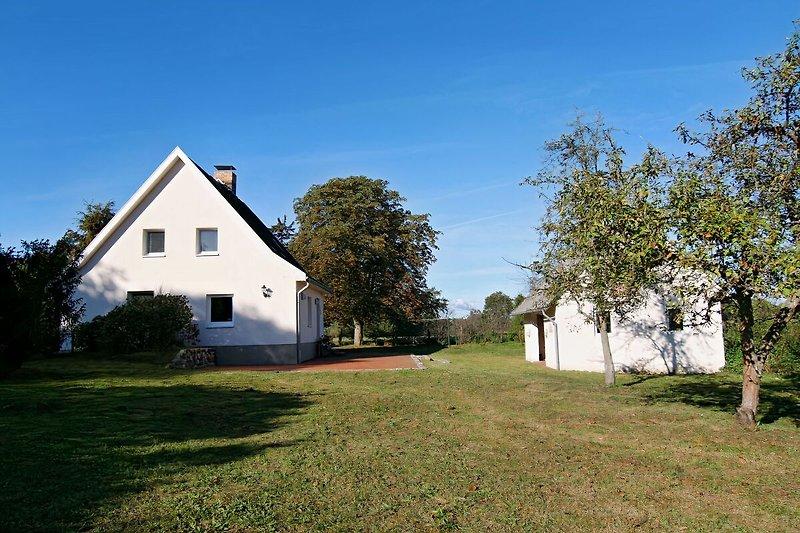 Blick vom Grundstück auf das Haus und die Remise
