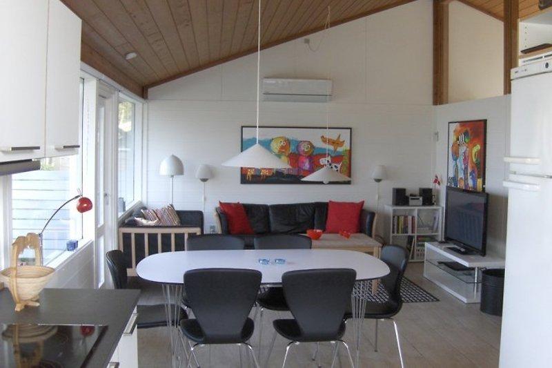 Hell und geräumiges Wohnzimmer mit Kabel-TV, Fussbodenheizung, Wärmepumpe, freies WLAN und Holzofen. Schönen Meerblick von allen Fenstern