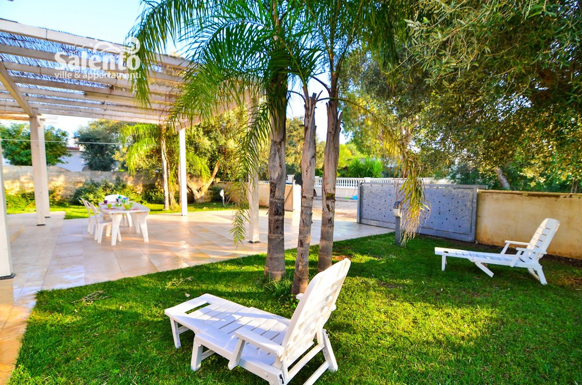 Villa nadia avec piscine et jardin maison de vacances for Jardin villa austral punta arenas