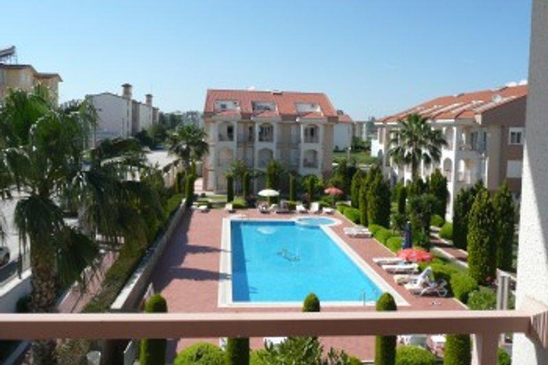 Blick von unserem Balkon am Hauptpool und schönem Garten