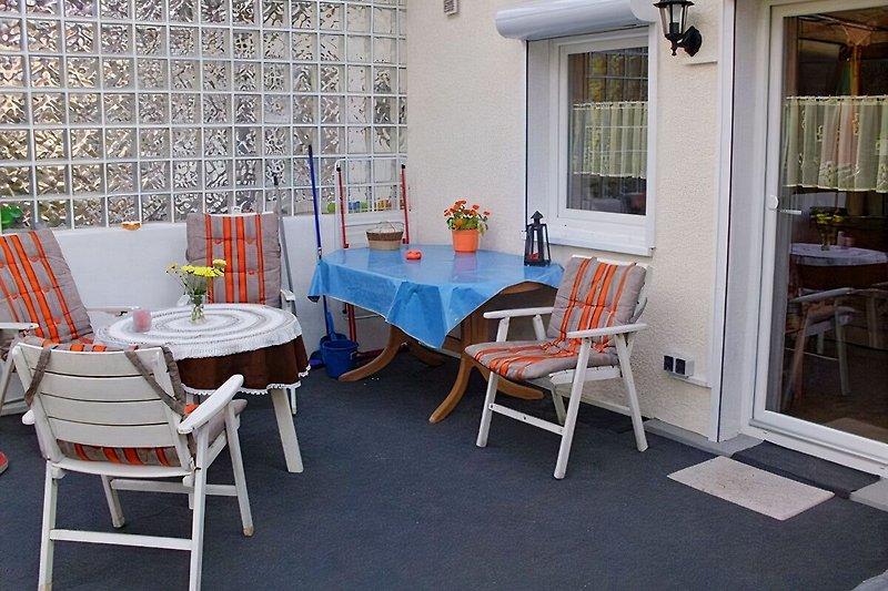 überdachte Terrasse m. Grill + Sitzmöbeln