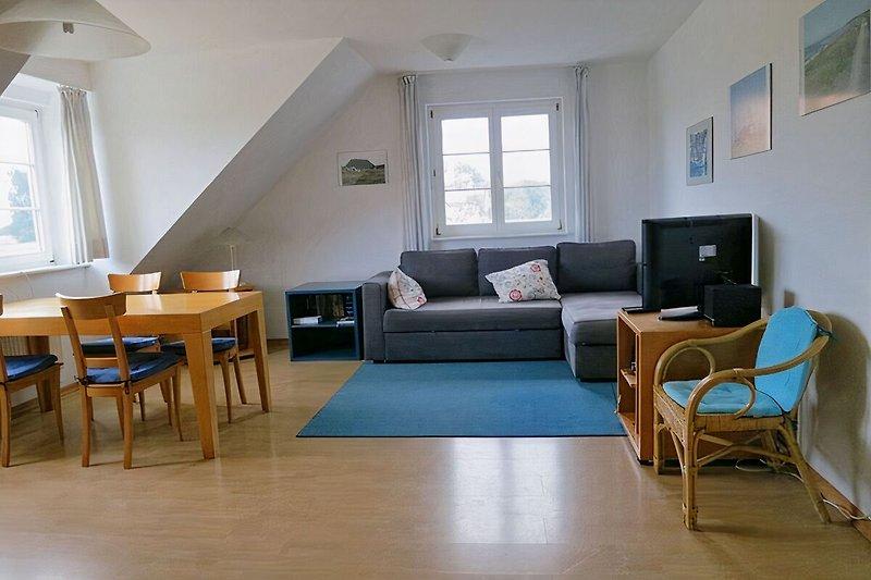 Geräumiges, gepflegtes Wohnzimmer