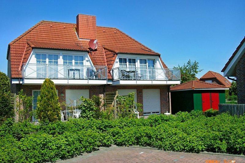 Haus mit sonnigem Balkon
