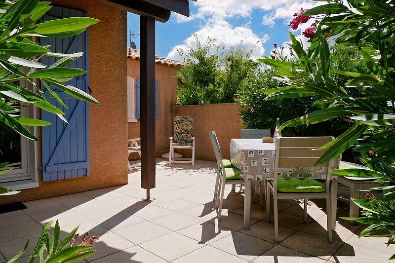 Ferienhaus mit Sonnenterrasse und mediterraner Bepflanzung