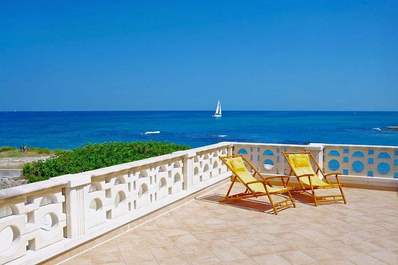 Weitläufige Terrasse direkt am Meer