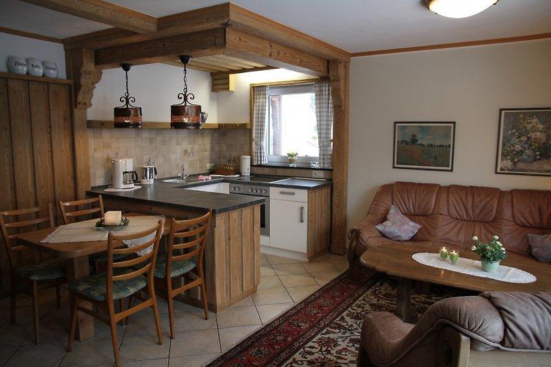 Gemütliches Wohnzimmer mit Essecke und Küchenzeile