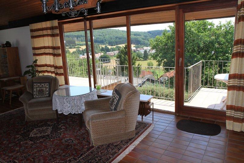 Blick aus dem Panoramafenster aufs Dorf