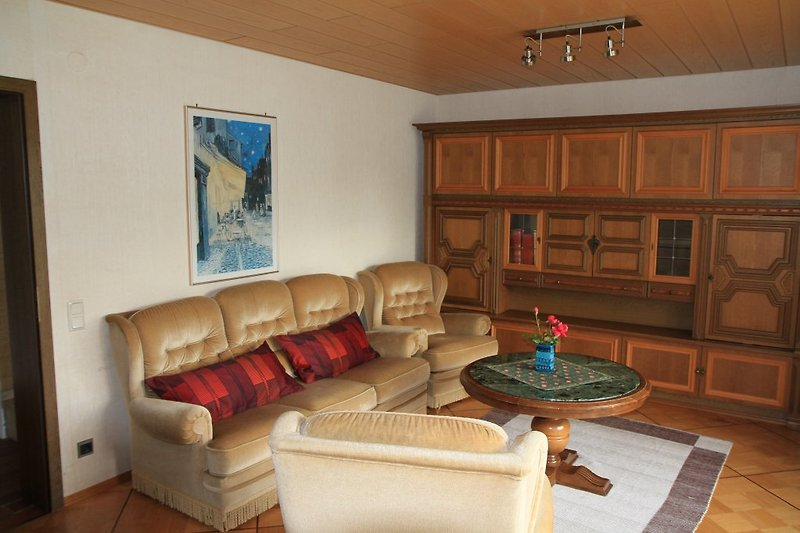 Wohnzimmer mit Fernsehcouch