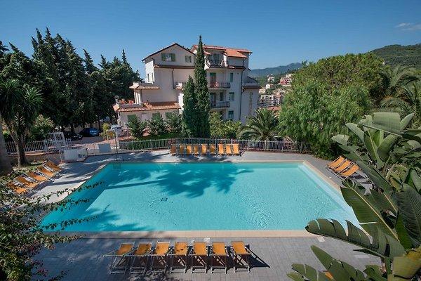 Apartamento - piscina con vistas al mar en Pietra Ligure -  1