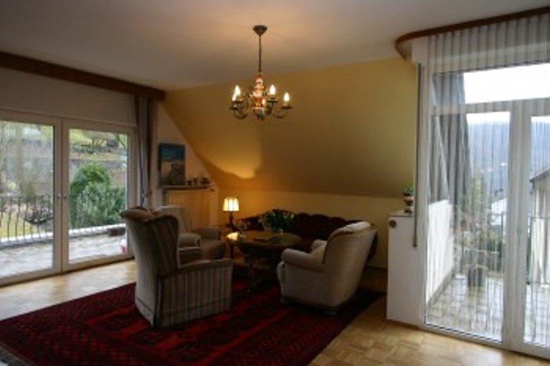 Geräumiger Wohnzimmer mit Zugang zu zwei Balkonen.