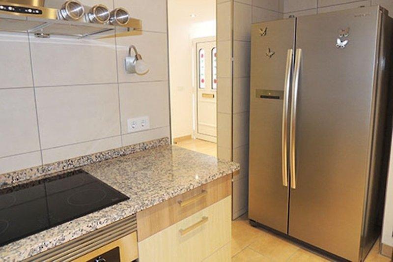 Küche mit amerik. Kühlschrank