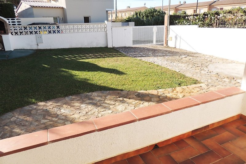 Garden with driveway