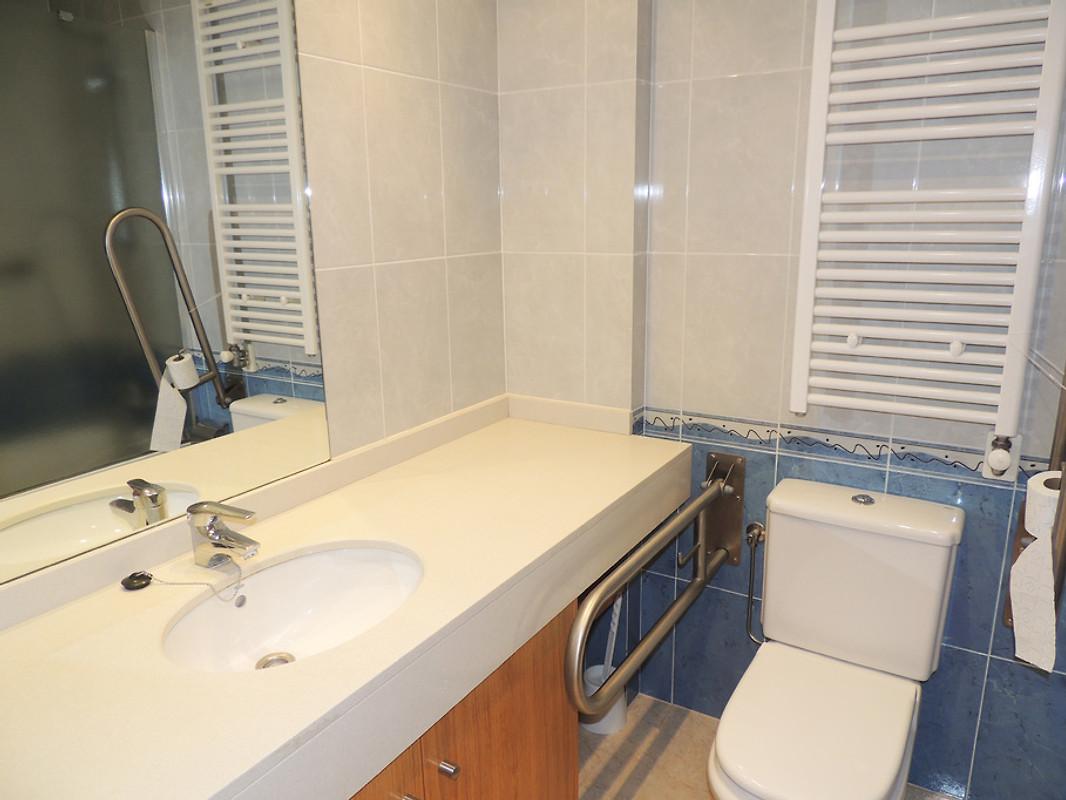 A017 alabtros 1 hutg 013721 appartement l 39 escala louer for Belle mere dans la salle de bain