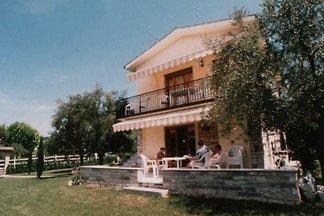 Apartamento en villa, amplio jardín