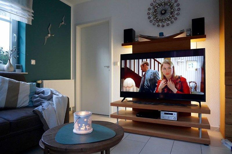 Großer Smart TV im Wohnzimmer