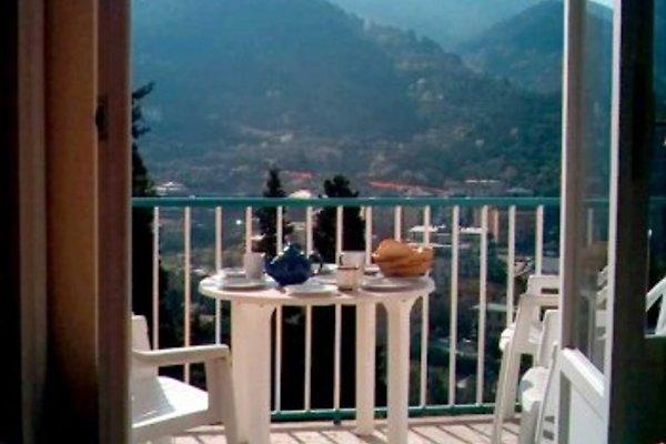 Blick aus dem Wohnbereich auf den Balkon