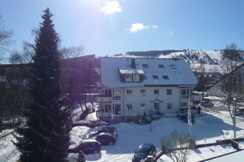Fewo am Kurpark (Haus 28c) im Winter mit Blick auf das Skigebiet