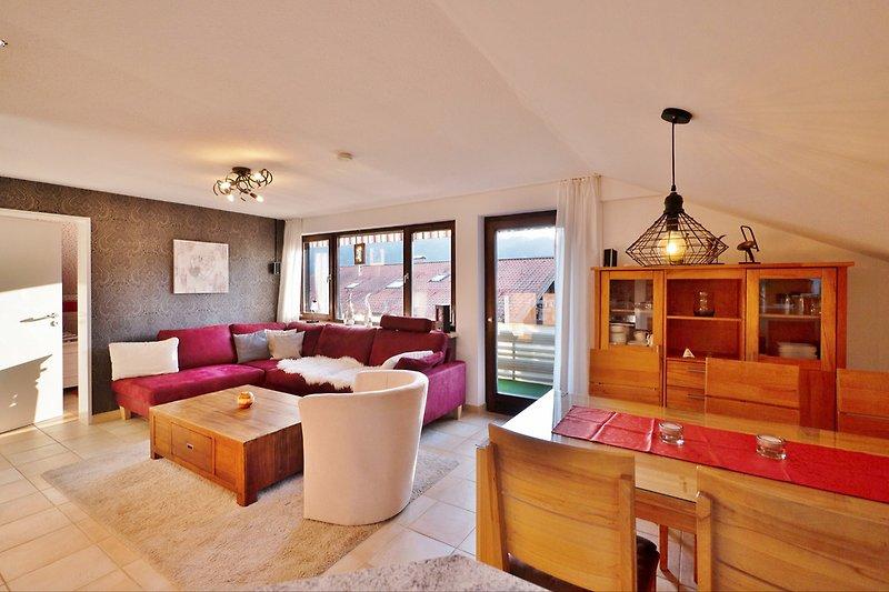 Wohnzimmer mit Westbalkon und Allgäublick