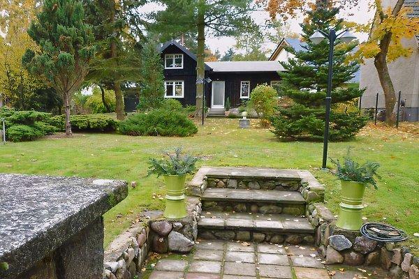 Das mit rustikalen Holzbohlen verkleidete Ferienhaus befindet sich auf einem parkähnlichen Gelände und verbreitet sofort ein besonderes Urlaubsflair.