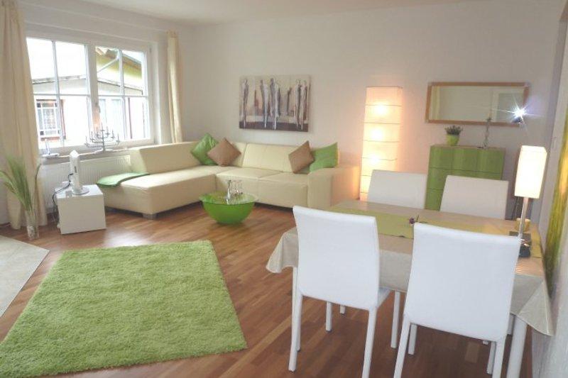 Ein lichtdurchfluteter, moderner Wohnbereich mit großen Gartentüren erwartet sie.