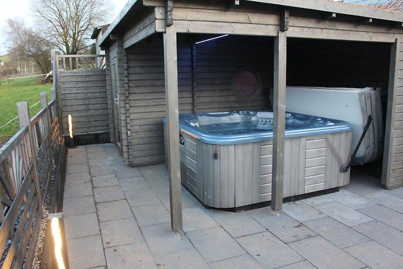 Terrasse mit Gartensauna und ständig beheiztem Außenwhirlpool