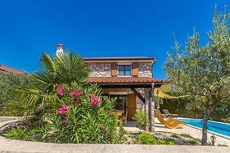 Wunderschöne Luxus Ferienhaus mit privatem Pool, befindet sich in der Nähe von Dobrinj auf der Insel Krk. Es verfügt über 3 Schlafzimmer und 2 Bäder, verteilt auf 2 Etagen