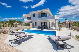 Ferienhaus Bella mit Pool