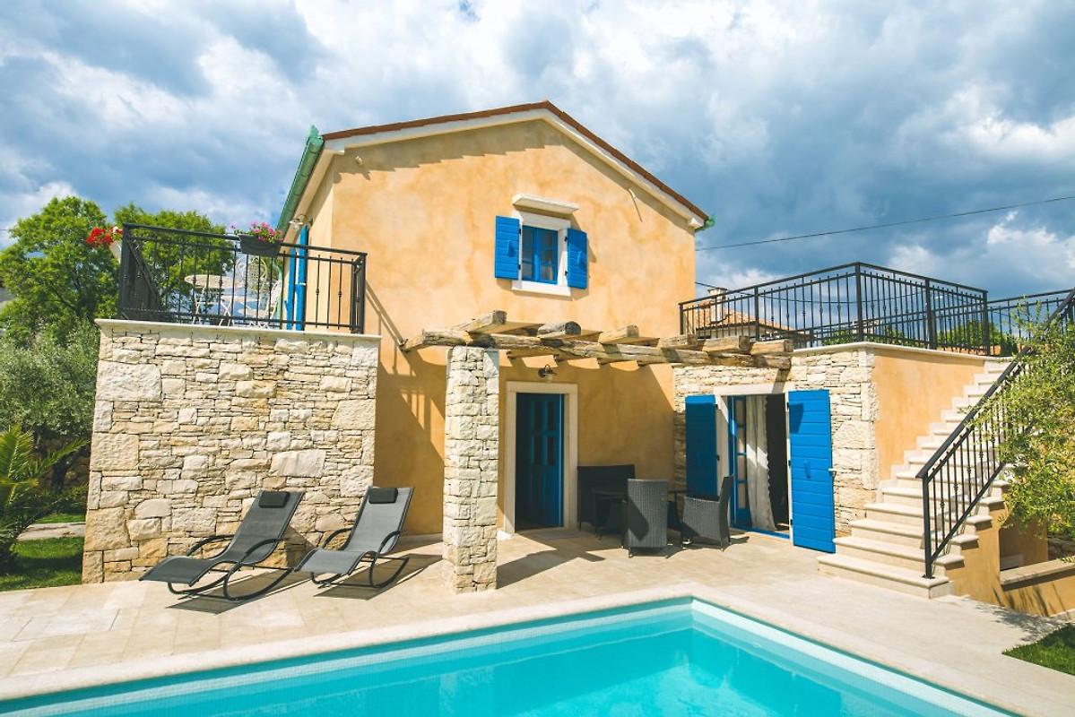 Casa pinezici con piscina casa vacanze in krk affittare for Piani casa a prezzi accessibili 5 camere da letto