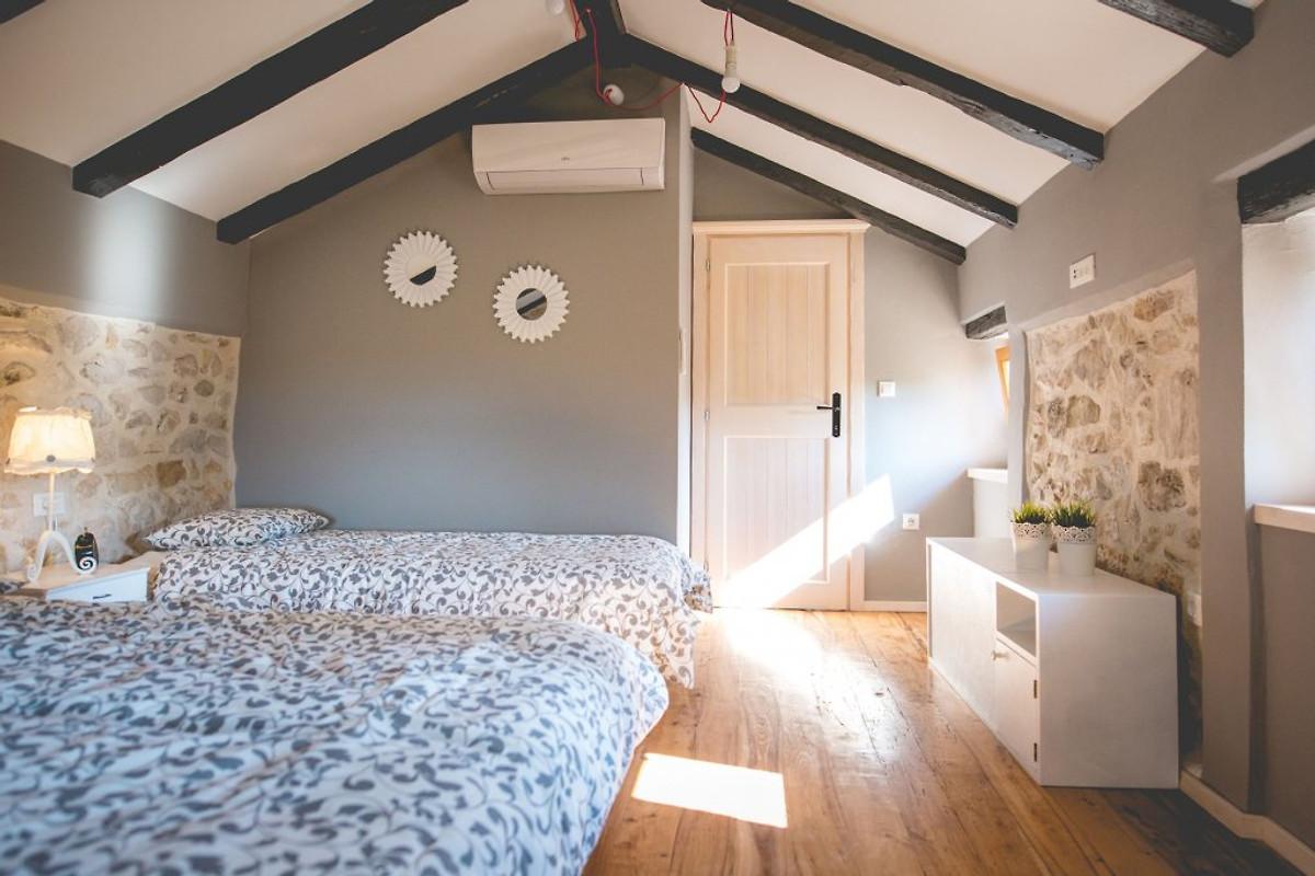 Stenen huis jela met zwembad vakantiehuis in dobrinj huren - Interieur decoratie stenen huis ...