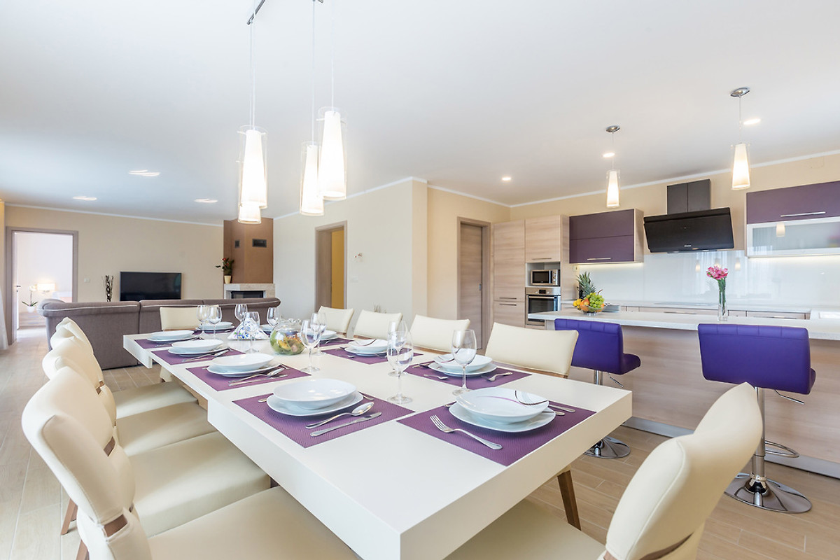 luxus villa cecilia mit pool ferienhaus in brusi i mieten. Black Bedroom Furniture Sets. Home Design Ideas