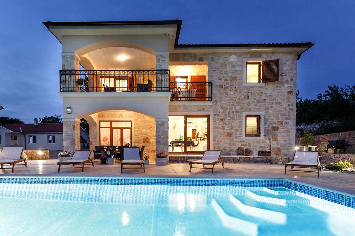 luxus ferienhaus peranovi mit pool ferienhaus in malinska mieten. Black Bedroom Furniture Sets. Home Design Ideas