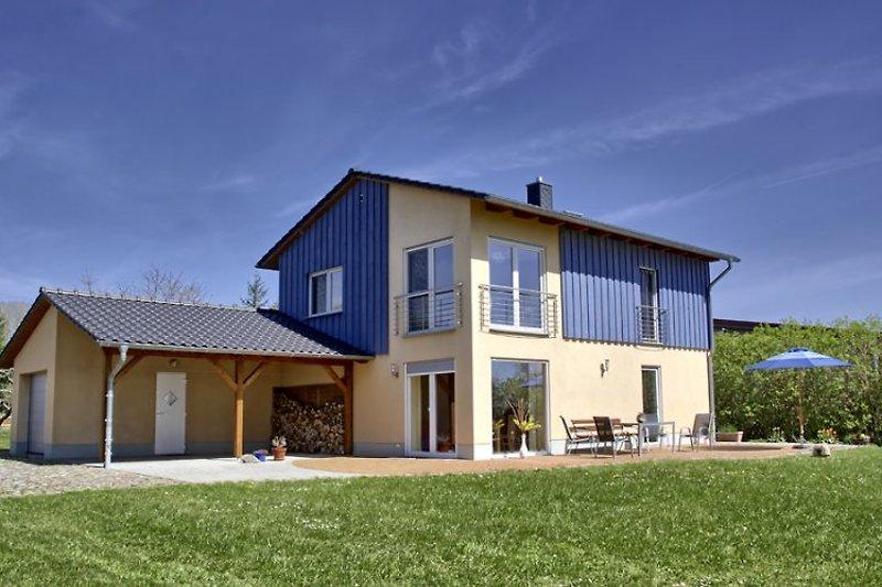 Haus mit Terasse und Carport