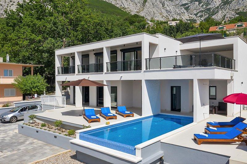 Villa E mit Pool
