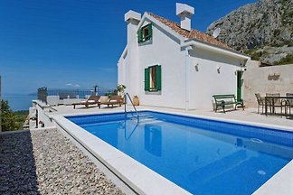 Holiday house with pool for 6 persons, quiet location, panoramic view, terrace with barbecue